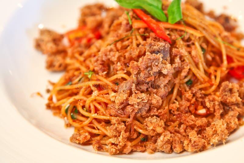 Kruidige spaghetti met knapperig varkensvlees royalty-vrije stock afbeelding