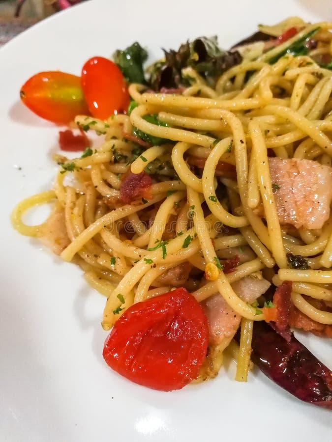 Kruidige spaghetti of Thaise spaghetti, Deegwaren met varkensvlees royalty-vrije stock afbeelding