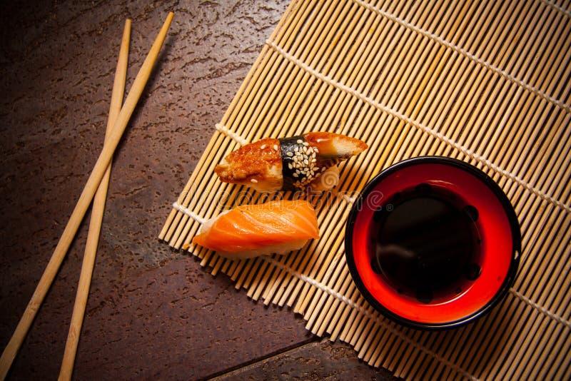 Kruidige sushi met paling en zalm royalty-vrije stock fotografie