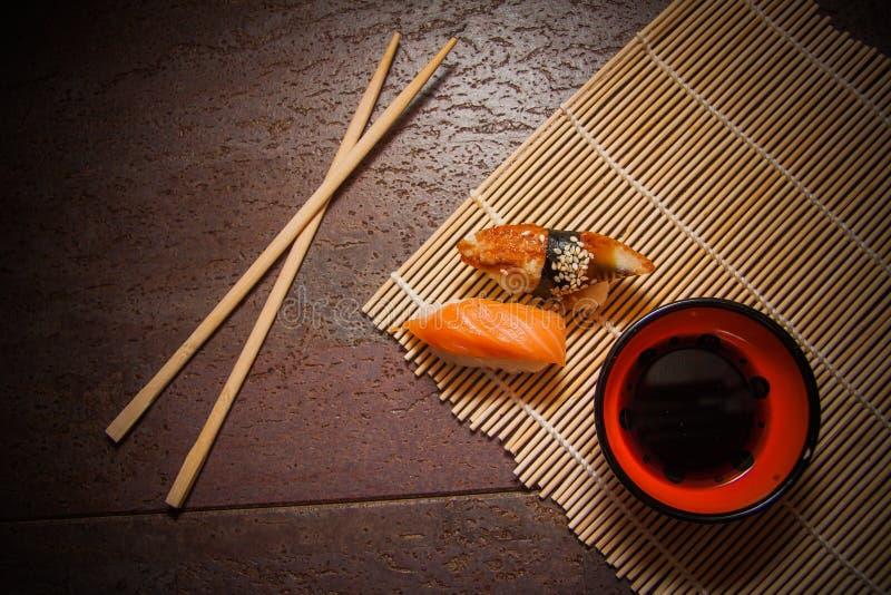 Kruidige sushi met paling en zalm stock afbeeldingen