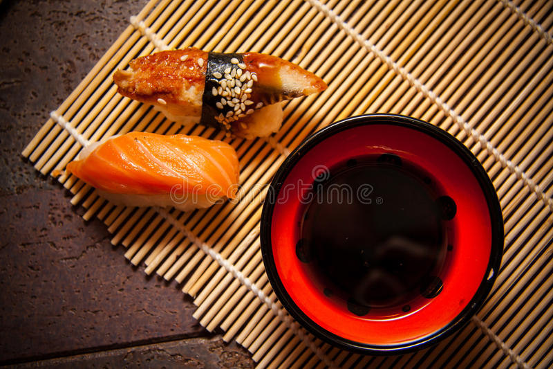 Kruidige sushi met paling en zalm royalty-vrije stock foto's