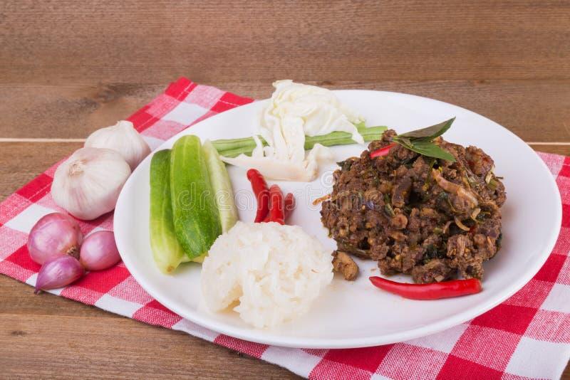 Kruidige Thaise fijngehakte rundvleessalade met kleverige rijst stock foto's