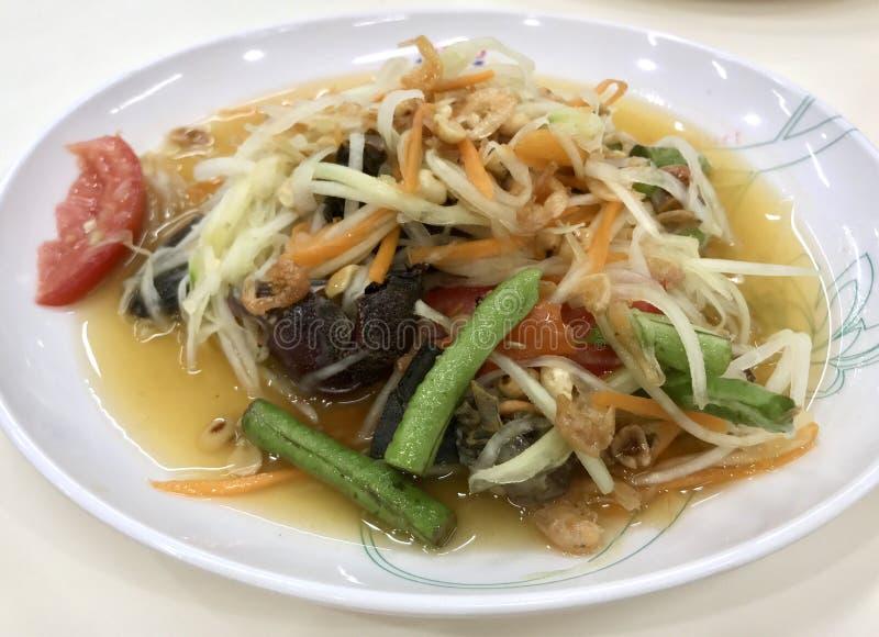 Kruidige Thaise papajasalade, Somtam stock afbeeldingen