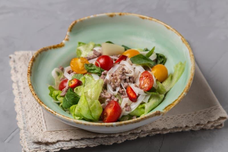 Kruidige Thaise salade met rundergehakt en rijstnoedels YAM WOON SEN royalty-vrije stock afbeeldingen