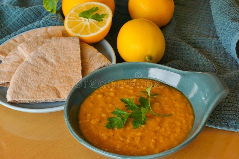 Kruidige vegetarische rode linzesoep, gezond comfortvoedsel stock afbeeldingen