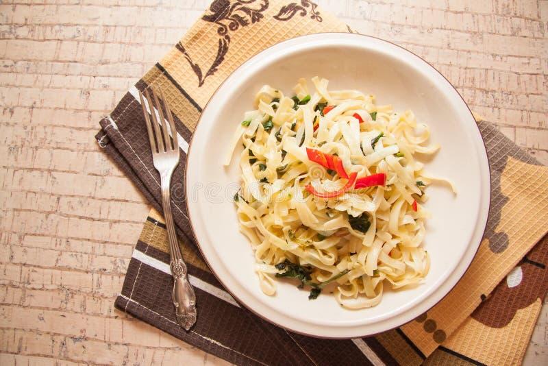 Kruidige vegetarische spaghetti stock fotografie