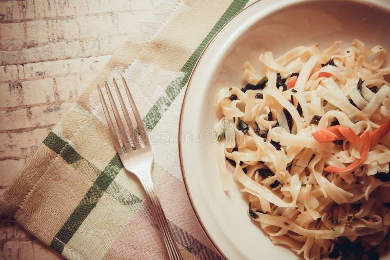 Kruidige vegetarische spaghetti royalty-vrije stock foto's