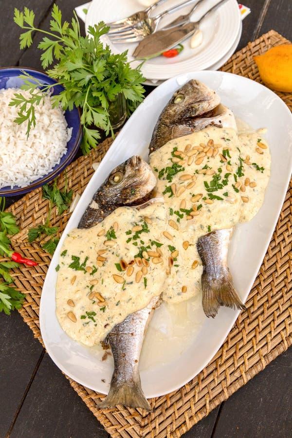 Kruidige vissen met tahinisaus stock foto