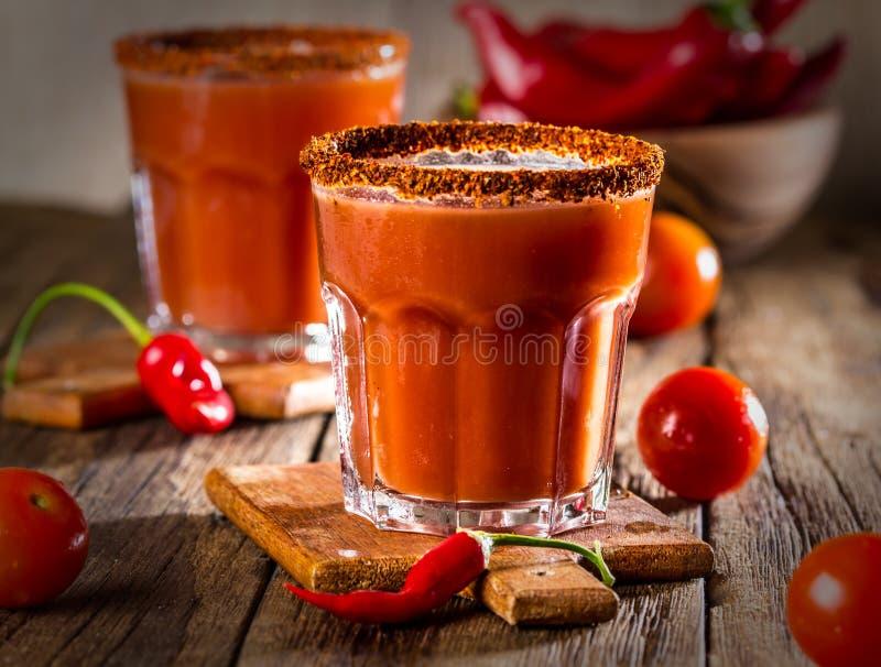 Kruidige wodkacocktail bloedig met gerookte Spaanse peperpeper stock fotografie