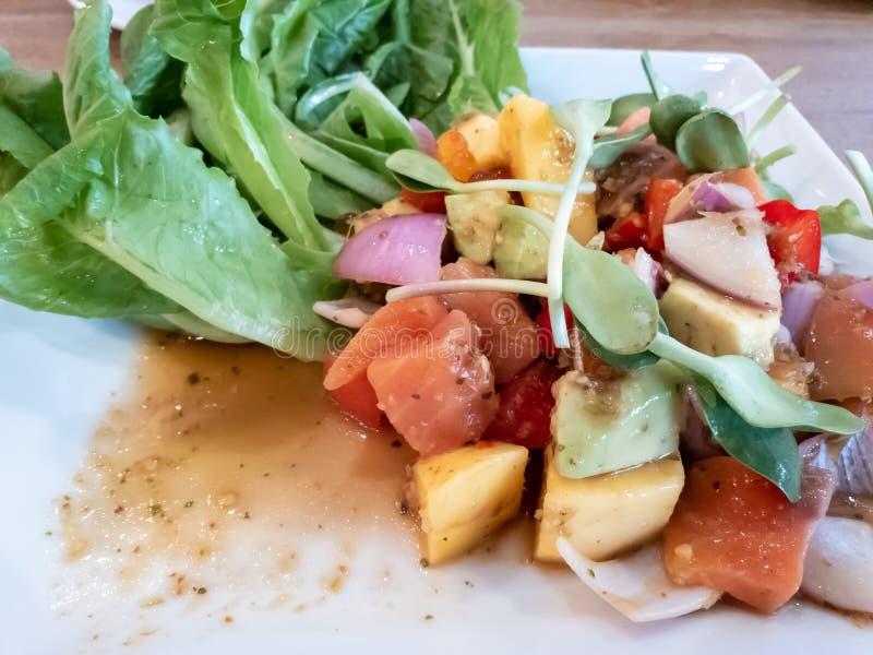 Kruidige zalmsalade met groenten en een verscheidenheid van vruchten stock foto's