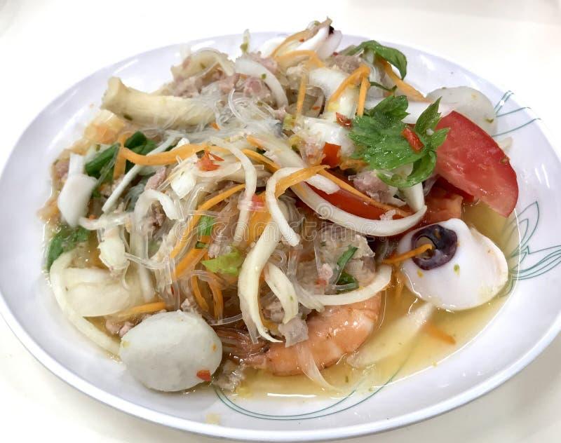 Kruidige zeevruchtensalade, Thaifood stock foto