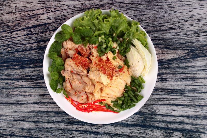 Kruidige zure gemengde plantaardige salade met kip en bamboespruiten royalty-vrije stock foto's