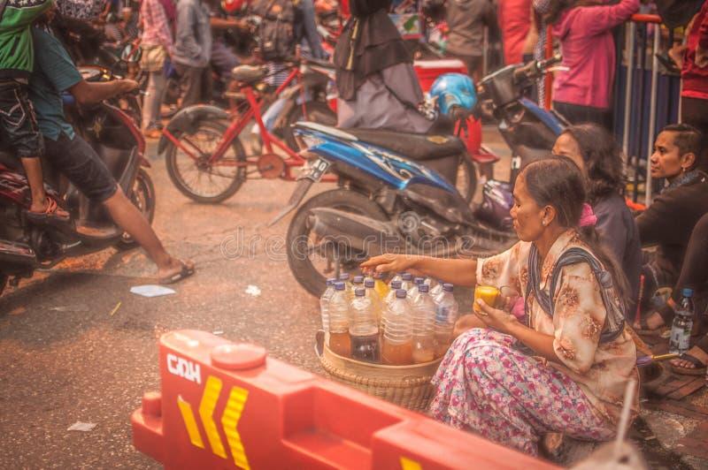 Kruidkundige het verkopen in de menigte stock fotografie
