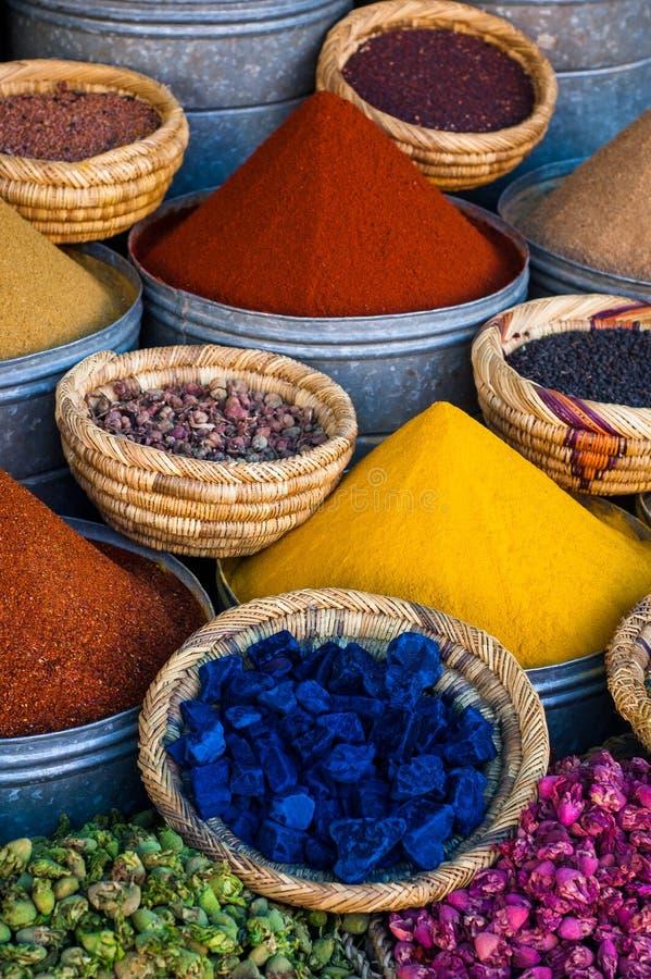 Kruidmarkt in de straten van Marrakech royalty-vrije stock fotografie