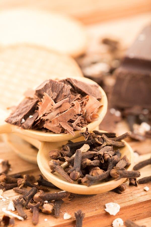Kruidnagels en chocolade royalty-vrije stock afbeeldingen
