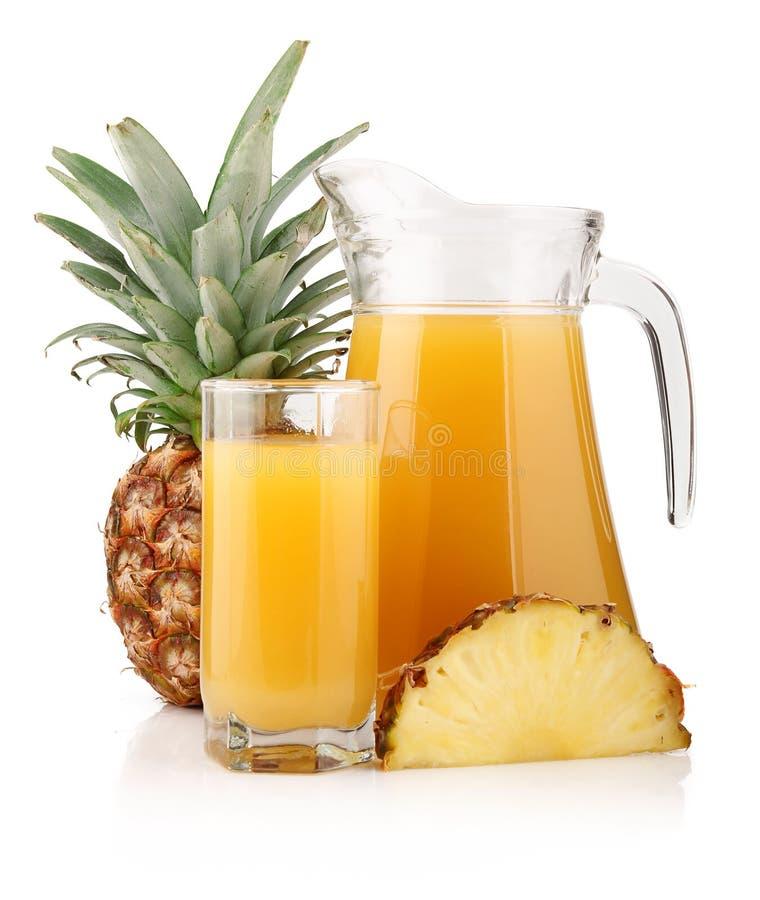 Kruik en glas ananassap met vruchten stock foto's