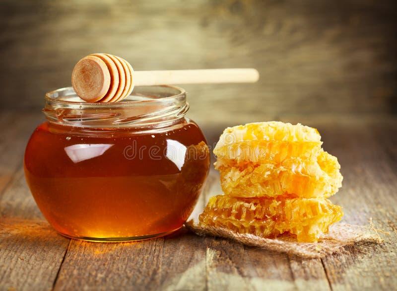 Kruik honing met honingraat royalty-vrije stock foto