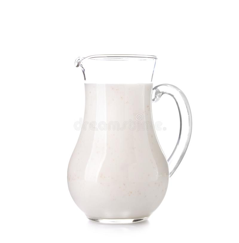 Kruik melk op witte achtergrond stock fotografie