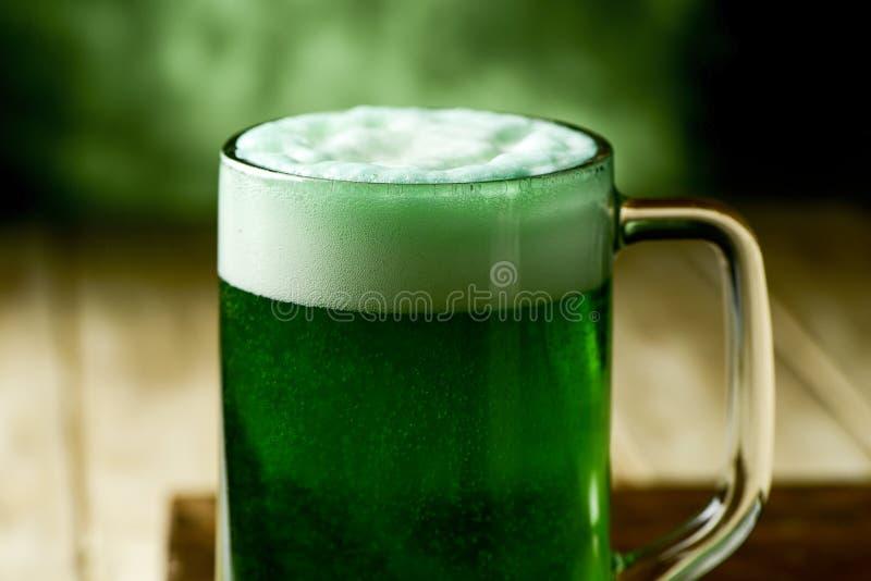 Kruik met geverft groen bier royalty-vrije stock foto