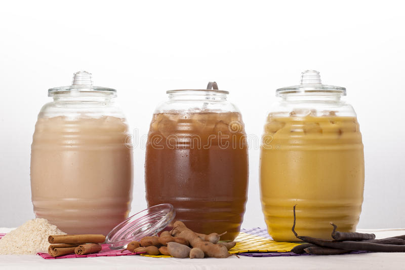 Kruik met natuurlijke drank stock foto's