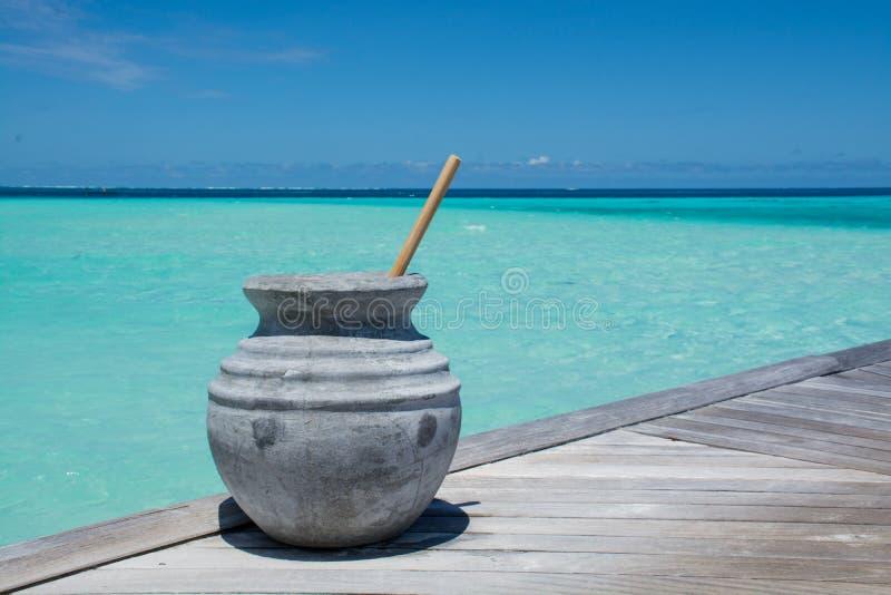 Kruik met water bij het tropische strand in de Maldiven stock foto's