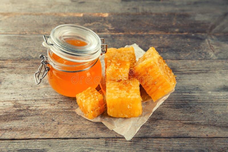 Kruik met zoete honing en kammen stock fotografie