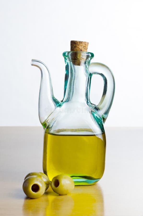 Kruik Olijfolie met Olijven stock afbeelding