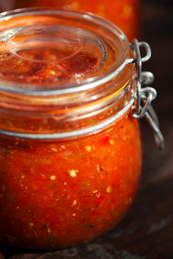Kruik van naar huis gemaakte klassieke kruidige Tomatensalsa stock afbeeldingen