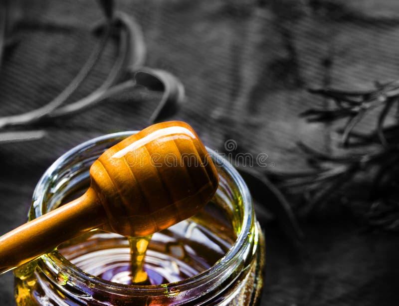 Kruik van organische honing en houten dripper royalty-vrije stock fotografie