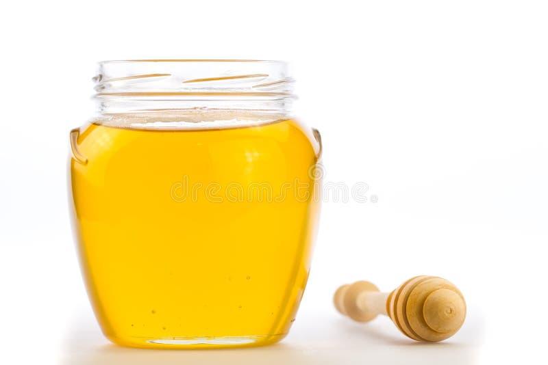 Kruik verse die honing met drizzler op witte achtergrond wordt geïsoleerd royalty-vrije stock fotografie