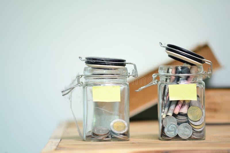 Kruik voor besparingenhoogtepunt van muntstukken royalty-vrije stock afbeeldingen