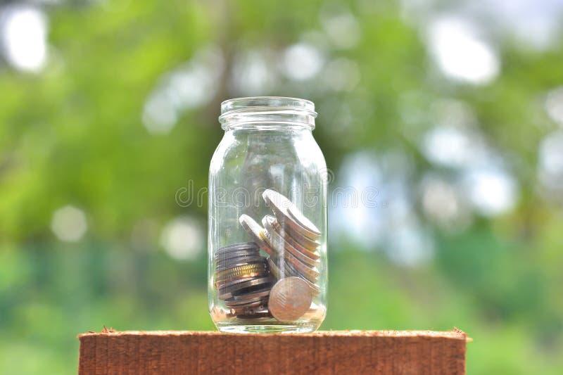 Kruik voor besparingenhoogtepunt van muntstukken stock foto