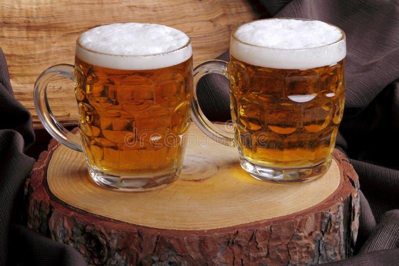 Download Kruiken blondebier stock foto. Afbeelding bestaande uit restaurant - 39113822