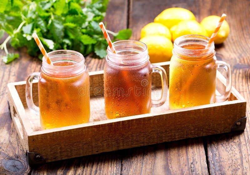 Kruiken de thee van het citroenijs royalty-vrije stock afbeelding