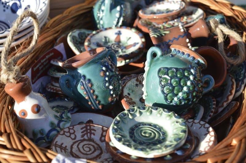 Kruiken en geschilderde plaat ceramisch stock foto