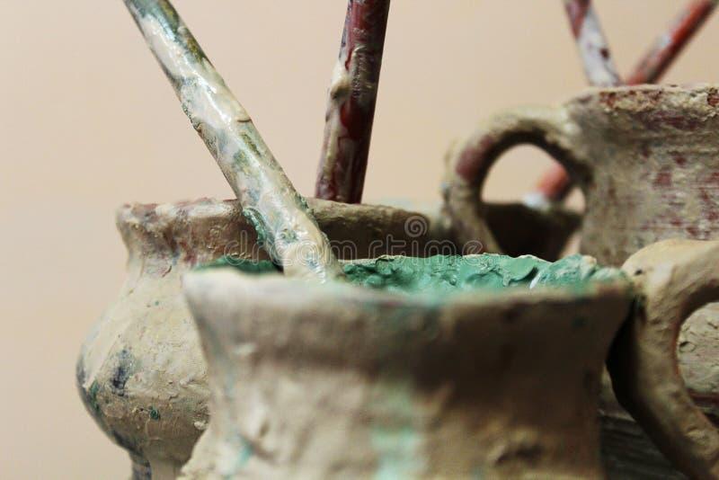 Kruiken van verven en leeswijzers voor pottenbakker stock afbeeldingen