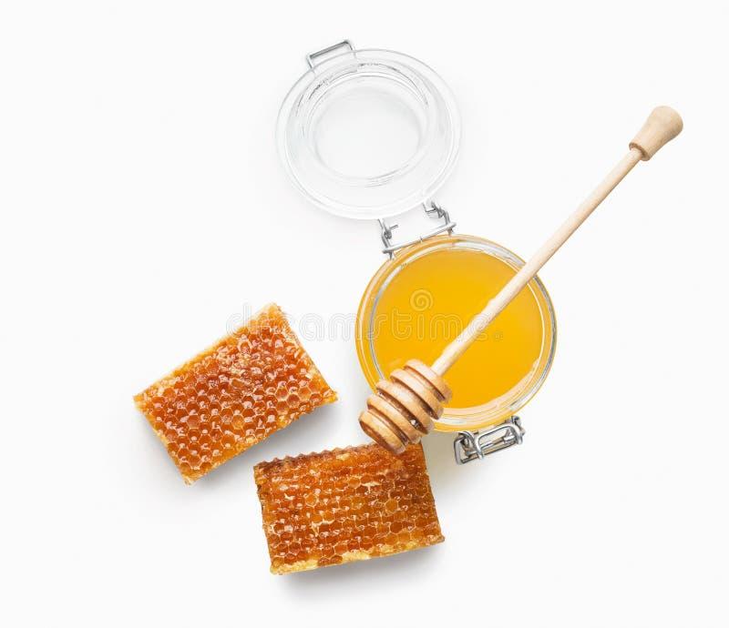Kruikhoogtepunt van verse die honing en honingraten op wit wordt geïsoleerd royalty-vrije stock foto