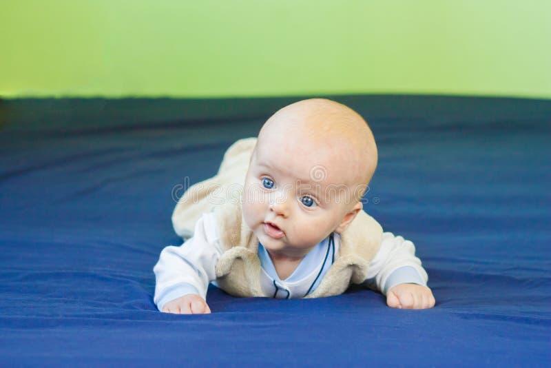 kruip baby zelf stock afbeelding