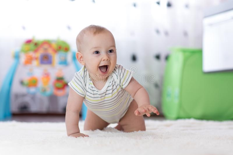 Kruipende grappige babyjongen binnen thuis royalty-vrije stock afbeelding