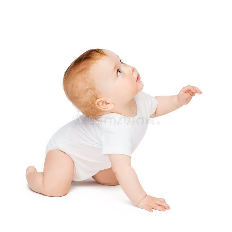 Kruipende nieuwsgierige baby die omhoog kijken stock foto's