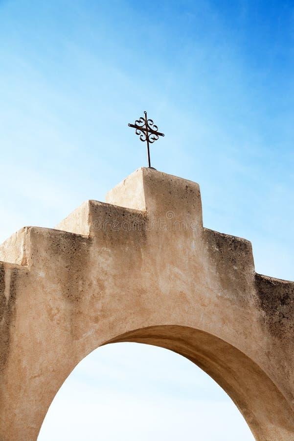 Kruis bij San Xavier del Bac Mission, Arizona stock foto