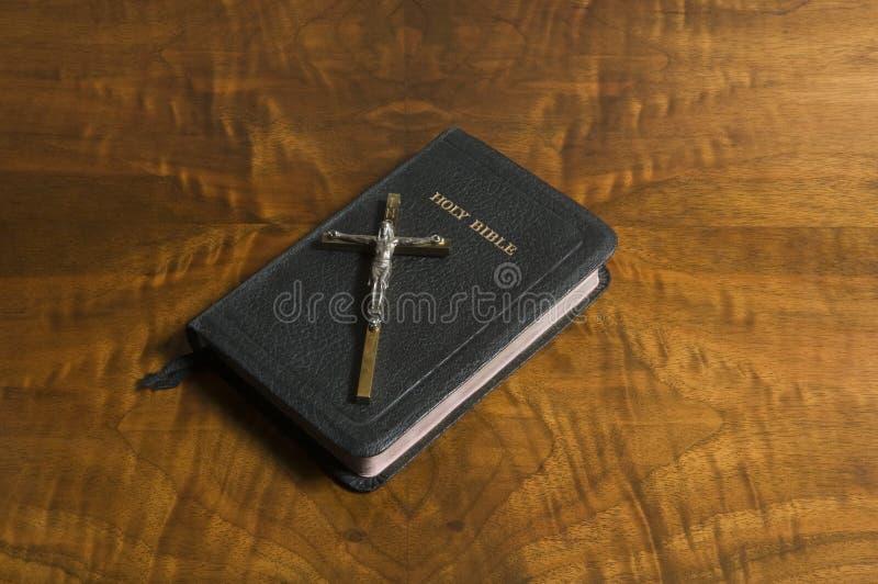 Download Kruis, Bijbel Op Antiek Hout Stock Afbeelding - Afbeelding bestaande uit kruisbeeld, hout: 29511839