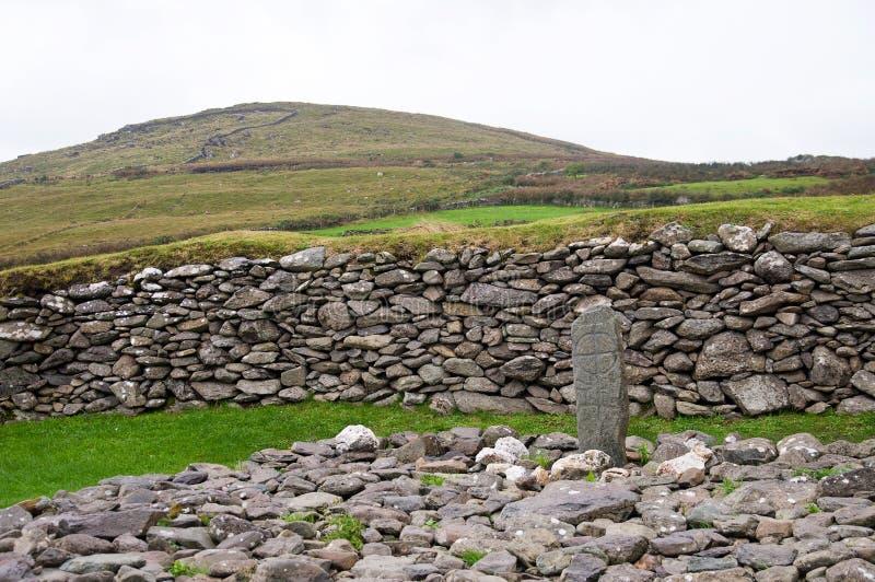 Kruis in de steen stock foto