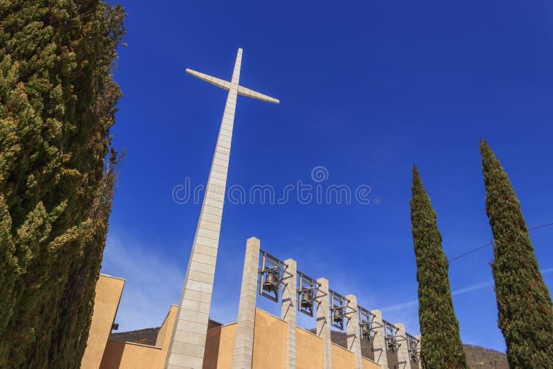 Kruis en klokken in het Heiligdom van Heilige Pio van Pietrelcina, Apulia, Italië royalty-vrije stock afbeelding