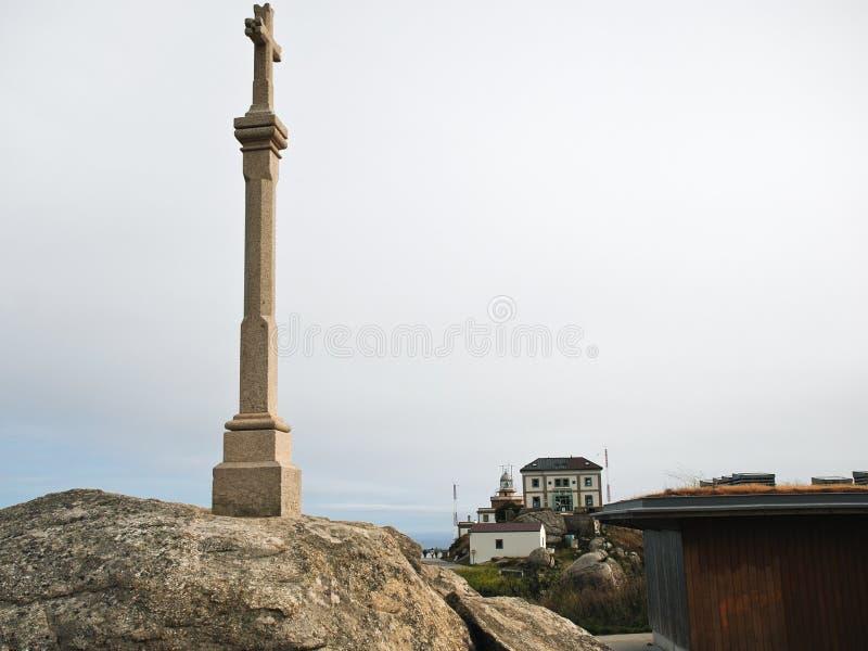 Kruis en mening van vuurtoren op Kaap Finisterre royalty-vrije stock foto