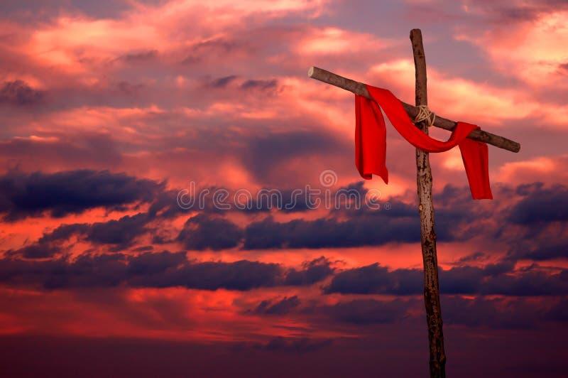 Kruis en Uniformjas op een Zonsondergang stock foto
