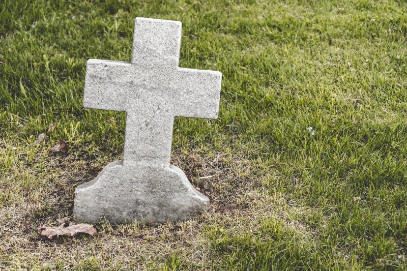 Kruis gevormde lege Grafsteen royalty-vrije stock foto