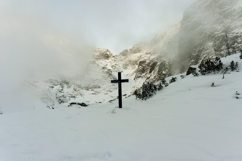 Kruis in Hoge Tatras dichtbij Zwarte Vijver onder Rysy stock afbeeldingen