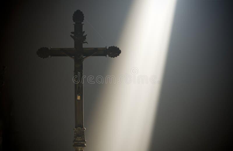 Kruis met een straal van goddelijk licht stock foto
