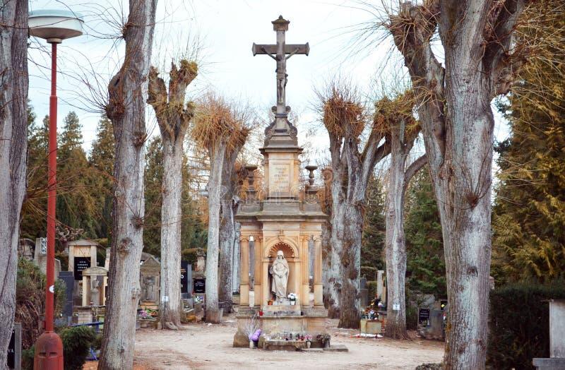 Kruis met standbeeld op begraafplaats royalty-vrije stock afbeelding